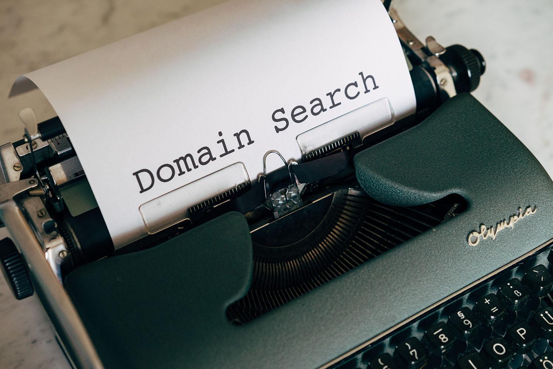 Illustration article déposer une marque - Kozman - recherche nom de domaine - Photo par Markus Winkler via Pexels